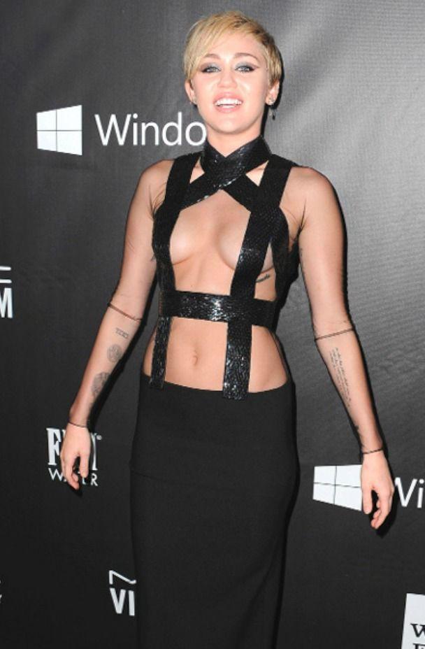 GALERIE: Zpěvačka Miley Cyrus a její povedená rodinka: nahá dcera... nahá máma...a divoch táta!   FOTO 2   Blesk.cz