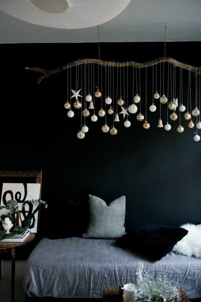Weihnachtliches Wohnzimmer Mit Schöner Weihnachtsdeko. Selber Nachbasteln  Mit Ast Und Verschiedenen Anhängern Und Christbaumkugeln In Mehreren Farben.
