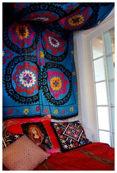 DIY: Tapestry headboard   I am so going to do this.. this is just what I need in my attic slanted ceilings bedroom .. finally .. something I like ...