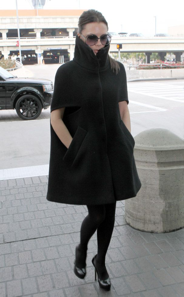 Victoria Beckham en décembre 2010 - manteau noir forme cape