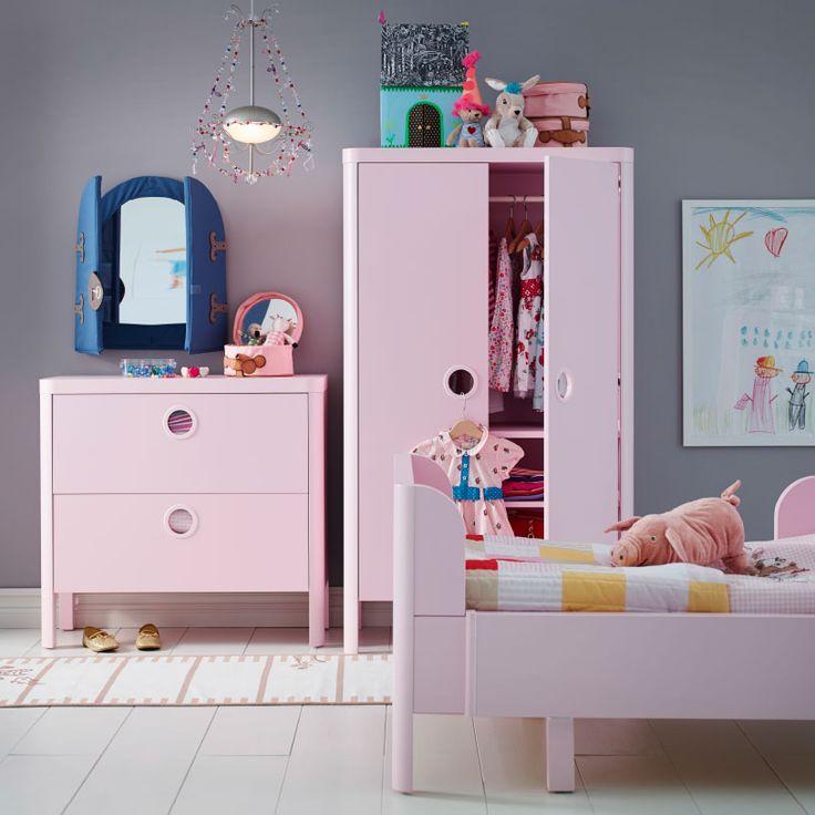 Ein Kinderzimmer u. a. mit BUSUNGE Kommode mit 2 Schubladen und BUSUNGE Kleiderschrank in Hellrosa