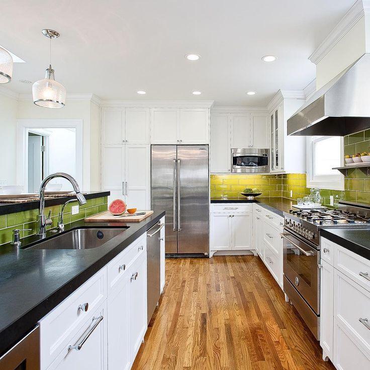 "BertazzoniItalia sanoo Instagramissa: ""Repost @melissalenoxdesign Monday's are brighter with a happy kitchen!! ☀️#melissalenoxdesign #sfdesign #fortheloveofcolor #walkerzangertile @walkerzanger #studiomoderne #michaelberman @bertazzoniitalia #Bertazzoni"""
