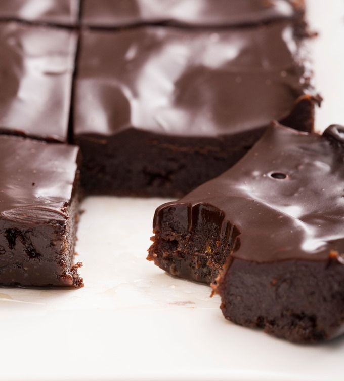 FÁCIL. Brownies crudiveganos con glaseado.