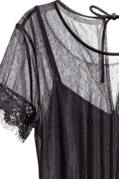 Rochie scurtă de plasă și dantelă, cu deschizătură la spate și cu șnur în spatele gâtului. Cusătură elastică în talie și mâneci scurte. Combinezon scurt de