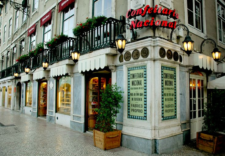 Beautifull and traditional cafe in Lisbon. Best pastries in town