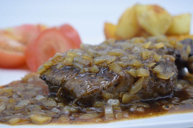 Dominique's kitchen: Rundslever met ajuin - Beef liver and onions  RUNDSLEVER MET HEEL VEEL AJUIN BEEF LIVER WITH LOTS OF ONION  Nieuwsgierig naar het recept? Klik op onderstaande foto. Curious for the recipe? Click on the picture below.   #rundslever #beefliver #ui #onion