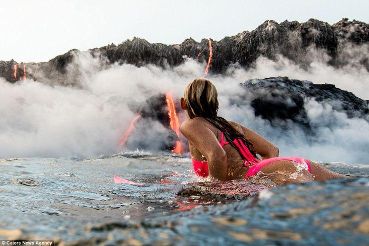 Hot! Alison Teal surft in het water bij een uitbarstende vulkaan
