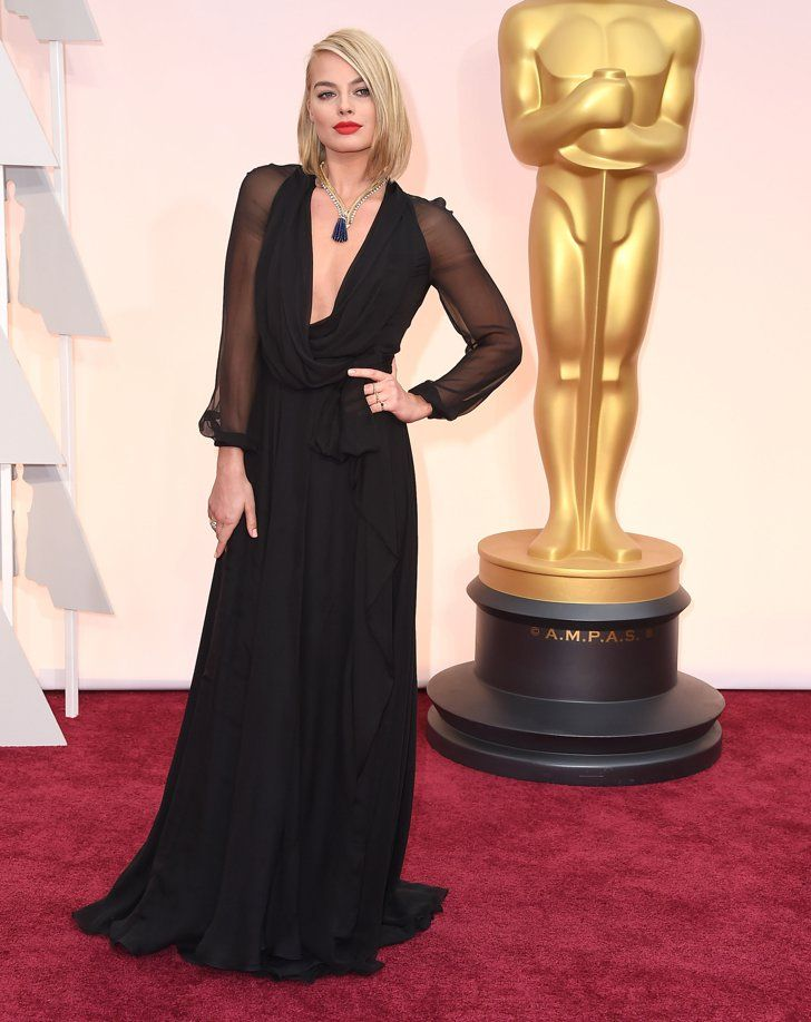 Pin for Later: Toutes les Fois Où Margot Robbie a Totalement Illuminé le Tapis Rouge  Portant une robe signée Saint Laurent et des bijoux Van Cleef & Arpels aux Oscars de 2015.