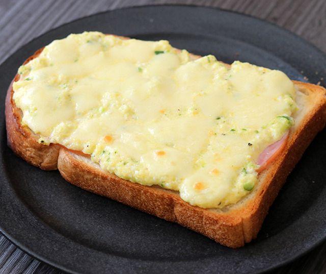 食パンにあれこれのせて焼くだけなのに、ボリュームたっぷりで美味しく食べられる「ごちそうトースト」は週末のブランチにぴったりのメニュー。今日は、自宅でカフェ気分が楽しめる見た目も美味しい「ごちそうトースト」レシピをご紹介します。
