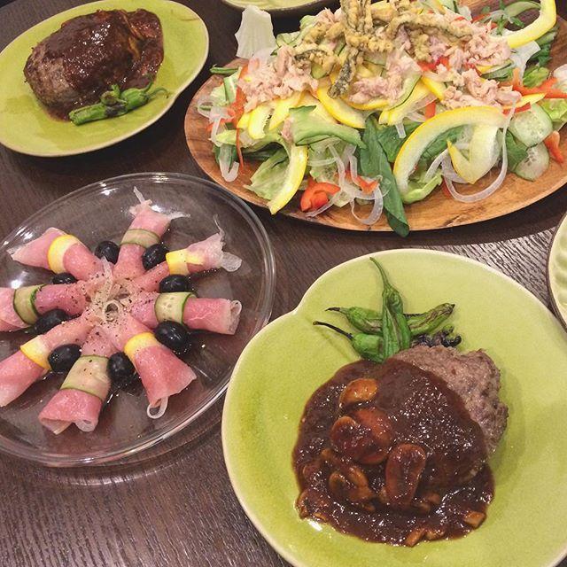今日の夕飯. . 叩きハンバーグステーキ、生ハム、山盛りサラダ、ミネストローネスープ🍽✨ . #今日のごはん #おうちごはん #夕飯 #dinner #foodstagram #ごはん #ハンバーグ #肉 #生ハム #サラダ #美味しい #うまい #食べることは生きること #今日は炭水化物抜き #ダイエット #デブエット ?笑#痩せられない #だって食べたいんだもん