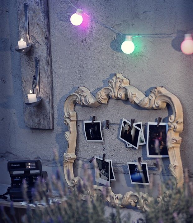Uma moldura rococó, como esta da Dalicasa, rende um mural de fotos diferente. A velha e boa câmera instantânea continua um sucesso! Luzinhas Empório das Flores, quadro com conchas La Calle Florida (Foto: Rogério Voltan/ Editora Globo)