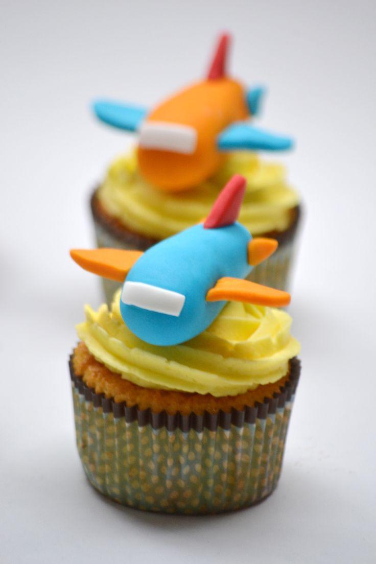 #Cupcakes de limón decorados con #aviones de #fondant. #limon #frosting @frostingbcn