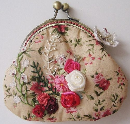Monedero estilo vintage decorado con bordados y rosas de tela.
