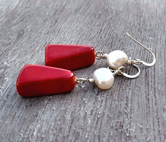Red and white are Christmas colors https://www.etsy.com/nl/listing/564240443/red-coral-earrings-white-pearl-earrings
