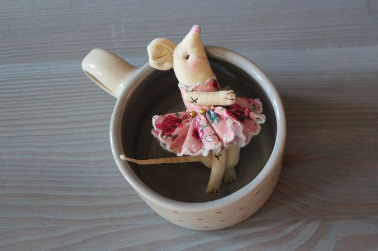Lovely! The Mice brooch (w.katydesign.cz) and the cup (w.vandavalerie.cz). For people with a good sense of humour.
