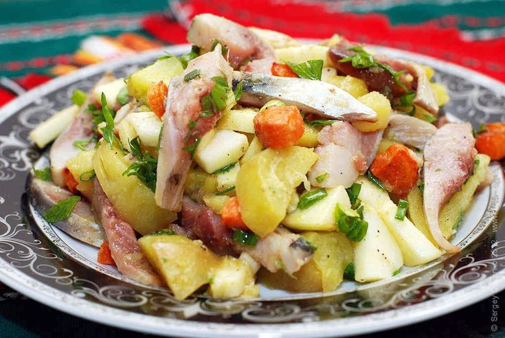 Салат с селедкой, печеным картофелем и яблоком. Можно приготовить вкусный салат с сельдью, овощами и с простой заправкой из масла