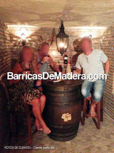 Esta tarde os escribimos para compartir con vosotr@s una nueva foto que nos han enviado unos clientes desde Málaga. Les enviamos su conjunto de Barrica con tapa + 2 taburetes y la han colocado en su casa tal y como aparece en la imagen.   Si te animas puedes realizar tu pedido ya mismo en www.BarricasDeMadera.com - Reciclaje y venta de barricas usadas para decoración.