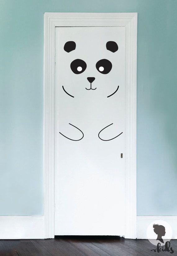 Dieses Kinderzimmer Panda Tür Aufkleber werden perfekte Akzente in Kinder-Innenraum. Einfach schälen und stick!  ▼▲▼▲▼ SET INKLUSIVE ▼▲▼▲▼  * Ohren