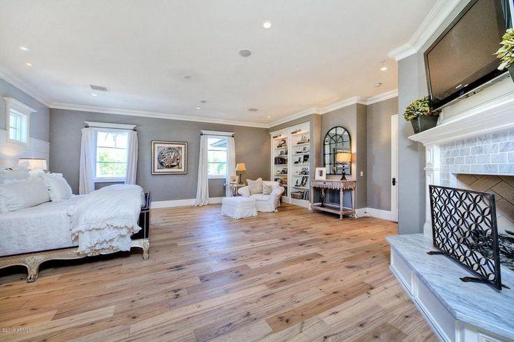Die helle Holzböden stiehlt allen die Show für diese geräumiges Schlafzimmer.