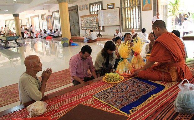 No Camboja, recebendo a benção de um monge budista em #Siem Reap. Quer saber mais? Leia tudo no blog: http://www.voucontigo.com.br/index.php/12613-2/lua-de-mel/