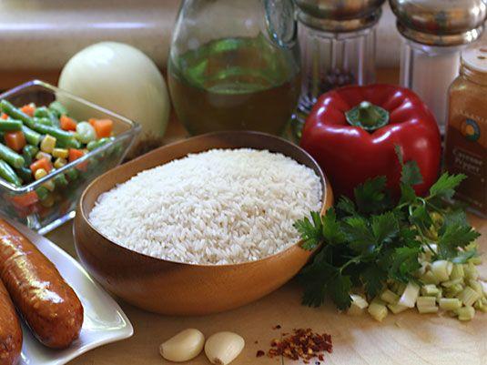 Un arroz exquisito y muy completo! Solo hay que seguir el paso a paso para prepararlo. Lleva arroz, salchicha, vegetales, especias, hierbas y condimentos. Servir como plato principal o como acompañante de un buen guiso de carne y tajadas de plátano frito.