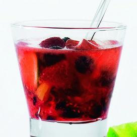 Medì: il cocktail contro le sostanze acido-tossiche   5 calorie - 8% grado alcolico  2 fragole 6 frutti di bosco e 1/2 lime pestati 2 cl vodka lemonade    I frutti rossi (quelli di bosco in particolare), grazie alla ricchezza di acidi organici, contrastano la formazione di sostanze acido-tossiche provocate anche dall'alcol nell'organismo.  Come si fa: shakera nel tumbler alto la frutta precedentemente pestata con il ghiaccio tritato. Versa la vodka e la lemonade, mescola e servi.