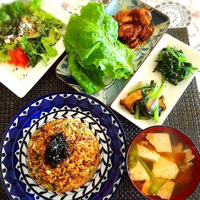 ほうれん草のナムル  エリンギと小松菜のバター醤油炒め  チキンのエスニックソテー サンチュで巻いて〜  お豆腐、さやインゲン、椎茸、トマトの鶏ガラスープ  大根ときゅうりのコチュマヨサラダ   キムチ炒飯に合わせ、なんちゃって韓国料理、アジアンなチキンにしました。  ( ❝ົཽ艸❝ົཽ)(❝ົཽ艸❝ົཽ  ) - 65件のもぐもぐ - キムチ炒飯ランチ! by tinatomo