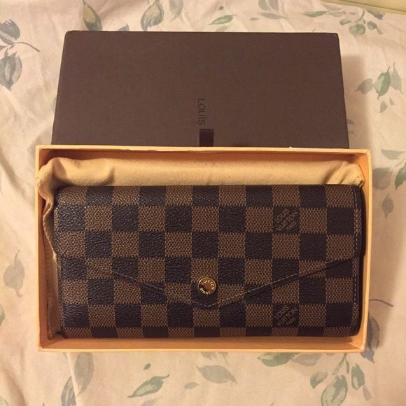 Louis Vuitton Sarah wallet Price reflects authenticity so do not ask‼️        This is the Sarah wallet in ebene damier! Could not find date code, but it is still a high rep! Has 16 slots and the wallet is still in excellent condition! Has a tiny scratch on the button, but it is  unnoticeable! Comes with dustbag and box                                                                          cheaper with ️️ or Ⓜ️ercari Louis Vuitton Bags Wallets