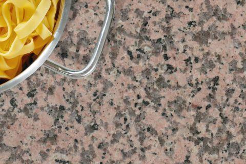Eine Granitarbeitsplatte Aus Rosa Porrinho Kaufen Sie Bei Uns Individuell Auf Mass Zugeschnitten Dabei Werden Sonderformen Bo Arbeitsplatte Arbeit Natursteine