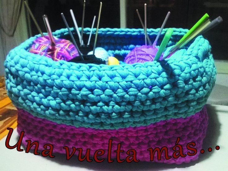 Canastón de totora o trapillo tejido al crochet