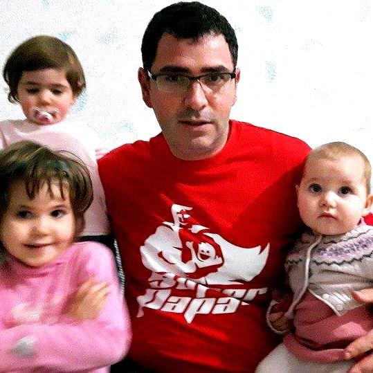Super Papa comes with big power to handle three great responsibilities! If you are looking a good website full of articles and tips (in Italian) to be a super papa for your children, go open http://www.superpapa.it/ be the one!