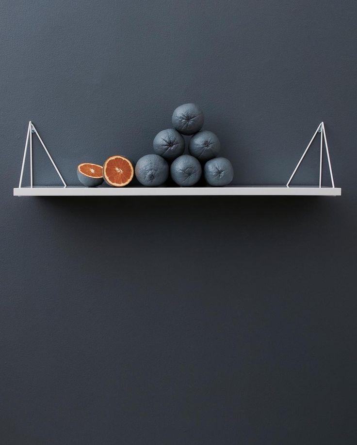 Pythagoras, one bracket four solutions #mazeinterior #svenskdesign #konsol #hylla #inredning #design #pythagoras #pythagorasbymaze #apelsin #bracketsystem #bracket #shelf #scandinaviandesign #interior #shelfsystem #orange #grey #interiordesign #madeinsweden