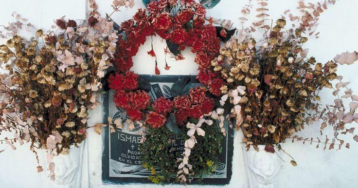 Cómo hacer arreglos de flores artificiales para una lápida de cementerio . Cuando se usan flores artificiales en arreglos para adornar lápidas de cementerio, se aplican las mismas reglas que para cualquier otro arreglo floral. La única diferencia es la calidad de las flores. Se pueden usar flores artificiales de mediana calidad para arreglos en el exterior, pero no se puede esperar que duren más de una temporada o dos; ...