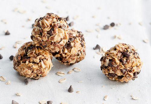 Energy bites (sans cuisson)  De petites boules d'énergie réalisées en 15 minutes. C'est un en-cas que j'apprécie tout particulièrement, et qui est bien plus sain qu'un paquet de bonbons ou de gâteaux. Alors on dit OUI!  Pour 15 petites boules:  Préparation: 10 minutes - Cuisson: 0 minute  90g de flocons d'avoine  55g de copeaux de noix de coco  130g de beurre de cacahuète  90g de graine de lin  115g de miel  1 cuillère à café