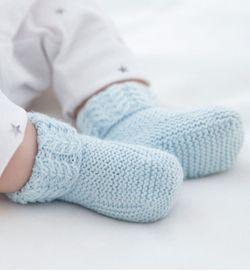 Gebreide babysokjes met kabelpatroon.