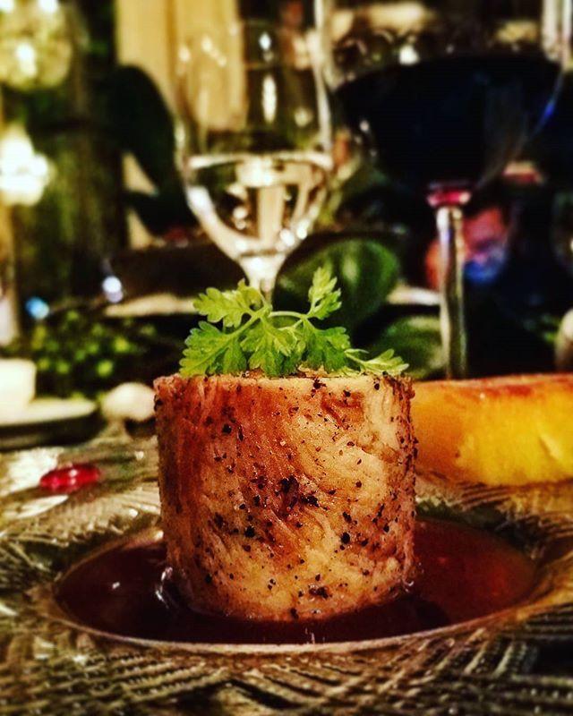 O restaurante @mahalocozinhacriativa em Cuiabá no Mato Grosso comemora dez anos convidando chefs de todo o país para cozinhar na casa. Hoje a chef @arianimalouf recebe o mineiro @leopaixao do @gloutonbh e nossa editora de lifestyle @robertamalta está lá conferindo o menu a quatro mãos. Na foto a ótima papada de porco com mil folhas de mandioca   via MARIE CLAIRE BRASIL MAGAZINE OFFICIAL INSTAGRAM - Celebrity  Fashion  Haute Couture  Advertising  Culture  Beauty  Editorial Photography…