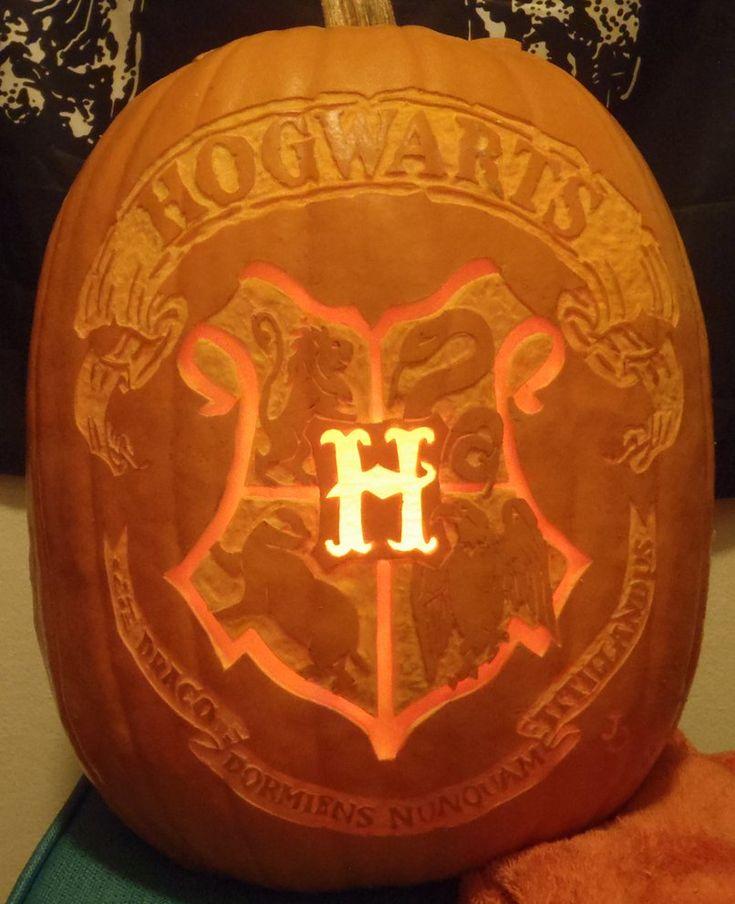 Hogwarts Crest Pumpkin. o-o Wow!!