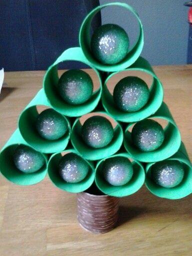 Kerstboom gemaakt van halve wc rollen en glitterballen.