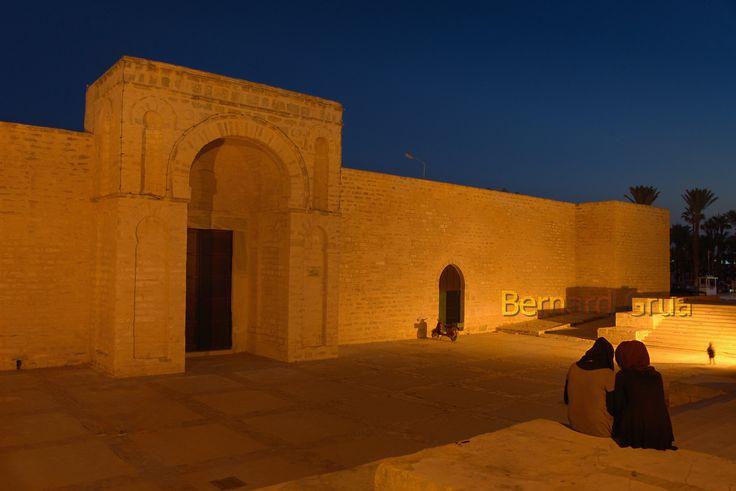 https://flic.kr/p/MqF9a1 | Grande Mosquée Fatimide (Xe Siècle) de Mahdia à la tombée de la nuit  © Bernard Grua | Située dans la partie sud de la péninsule sur laquelle se trouve la médina, la mosquée est construite en 916 (303-304 du calendrier musulman), après la fondation de la ville, à l'intérieur des murailles califales, sur une plate-forme artificielle « gagnée sur la mer »