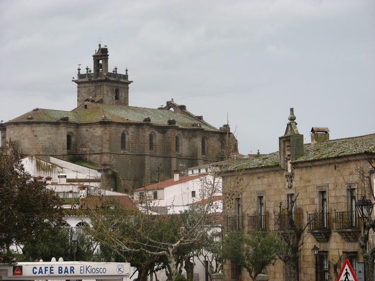Plaza Mayor de Brozas. Al fondo la imponente iglesia de Sta María la Mayor, a la derecha el palacio de los Encina o de los Bravo.
