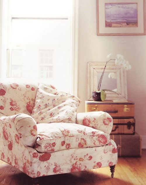 the theme for my room in my apartment next year is floral. I'd die for this pretty and cozy chair.