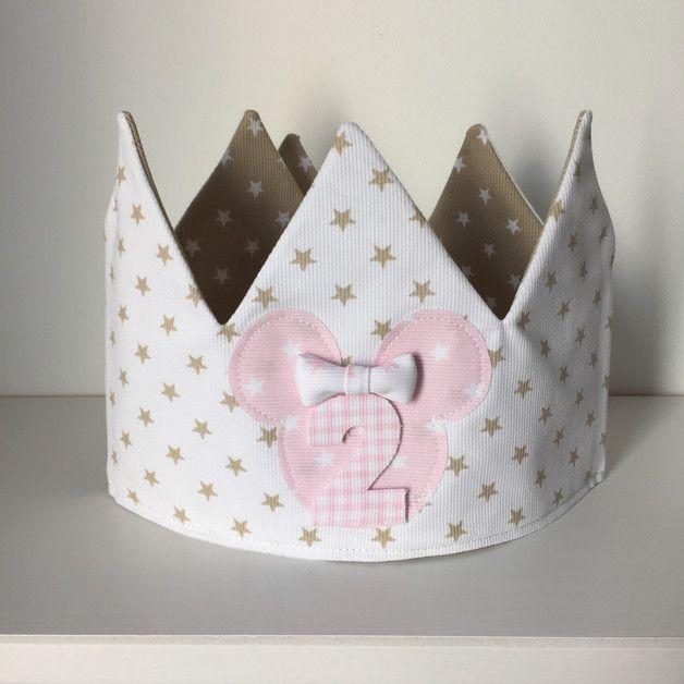 Corona aniversario o cumpleaños para niña. Incluye 3 números a escojer. Confeccionada en tela de piqué por dentro y por fuera. Con velcro en la parte trasera para ajustar a la cabeza de los peques....