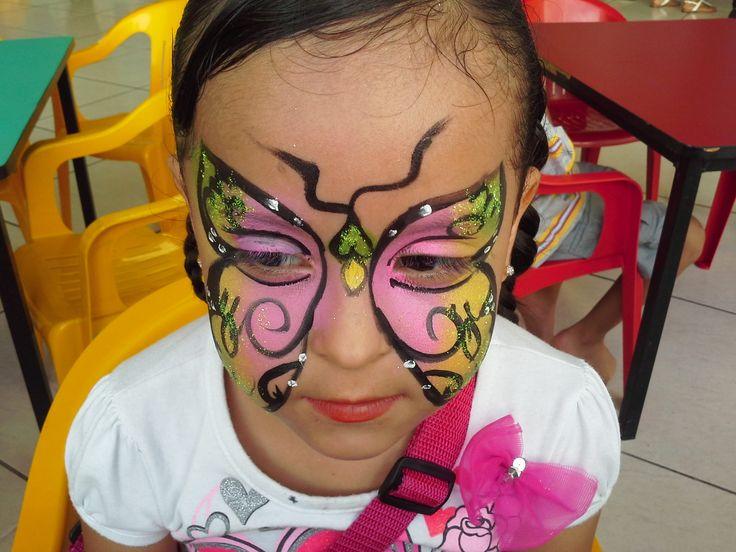 Maquillaje de mariposa con detalles en negro.  Butterfly make up with black details.