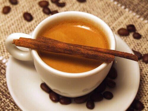 Sommigen zeggen dat koffie slecht voor je gezondheid is, anderen zeggen dat het veel natuurlijke voordelen bevat. Hoe kun je gezond koffie drinken?