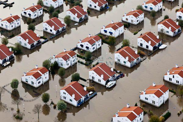 https://flic.kr/p/9qwPun | SMS_20101115_321.jpg | Nederland, Limburg, Roermond, 15-11-2010; Maasplassen, Zuidplas. Recreatiewoningen geisoleerd door het hoogwater. De huizen zijn drijvende woningen die bij hoog water met het stijgende water meebewegen.  Maasplassen, Zuidplas, isolated houses because of the high waters. The (holiday) houses are floating houses that will rise with high water. luchtfoto (toeslag), aerial photo (additional fee required) foto/photo Siebe Swart