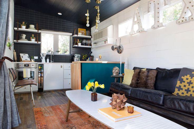Dit kleine huisje in Texas is één grote bonk aan inspiratie. Mid-Century meets Marfa style. Het kleurrijke huisje is smal, maar ruim ingedeeld.