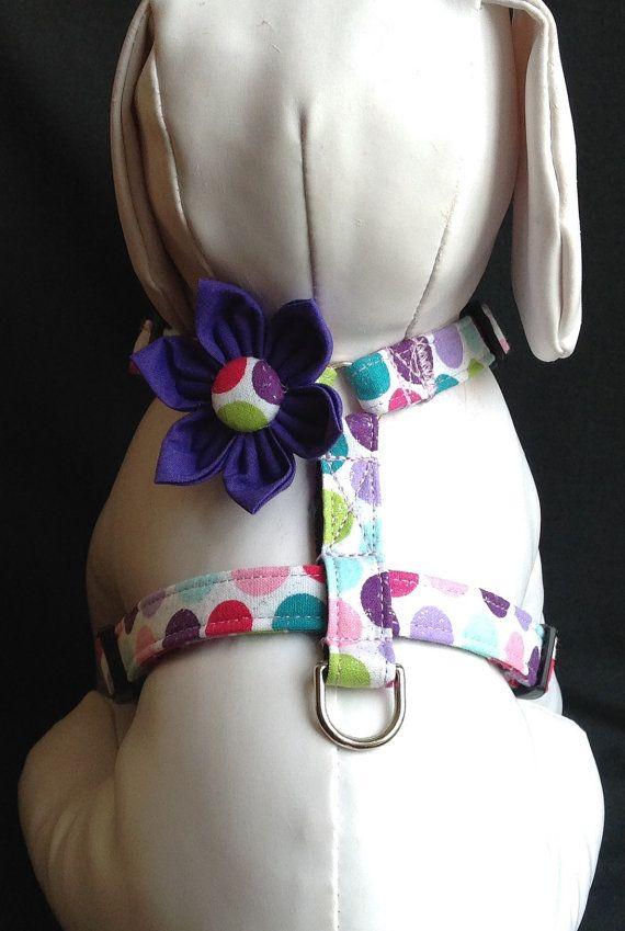 Pour la correspondance laisse cliquer sur le lien suivant  https://www.etsy.com/listing/96359444/dog-leash-colorful-polka-dot-pattern  Ce harnais pour chien réglable est vendu avec ou sans la fleur.  Le harnais pour chien réglable est fait dans un tissu en coton à pois scintillants. Jutilise interface lourde, qualité nickelé d anneaux et un côté profilé boucle de dégagement.  Le harnais pour chien est boîte cousu à tous les points de stress qui rend tous mon chien har...