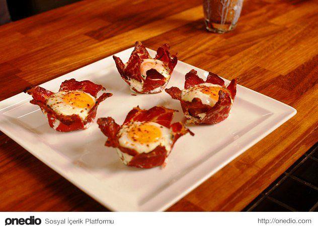 Yumurtanın her halini sevenlere bir de pastırma çanağında pişirerek servis etmelerini önereyim.