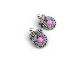 Stoffgrund Ohrringe kleine Rosa Soutage Ohrringe von AdityaDesign
