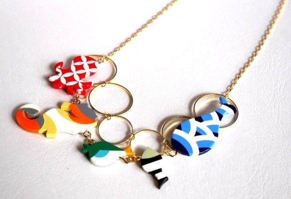 「海のいきもの ネックレス」海のいきものがたくさん連なったネックレスです。たこ・タツノオトシゴ・フグ・さかな・くじらです。お揃いでピアスもあります。パーツサイ...|ハンドメイド、手作り、手仕事品の通販・販売・購入ならCreema。